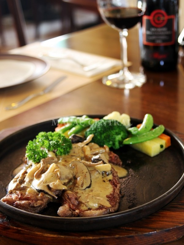 Bistecca di Filetto ai Fungi /  Pork Steak with Beef Tenderloin with Mushroom Sauce 精選牛柳配蘑菇汁