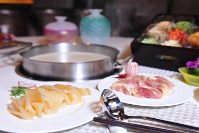 花膠濃雞湯/神戶牛刺身/牛皇鍋/炸響鈴/蟹皇餃(香港金牌海鮮火鍋)
